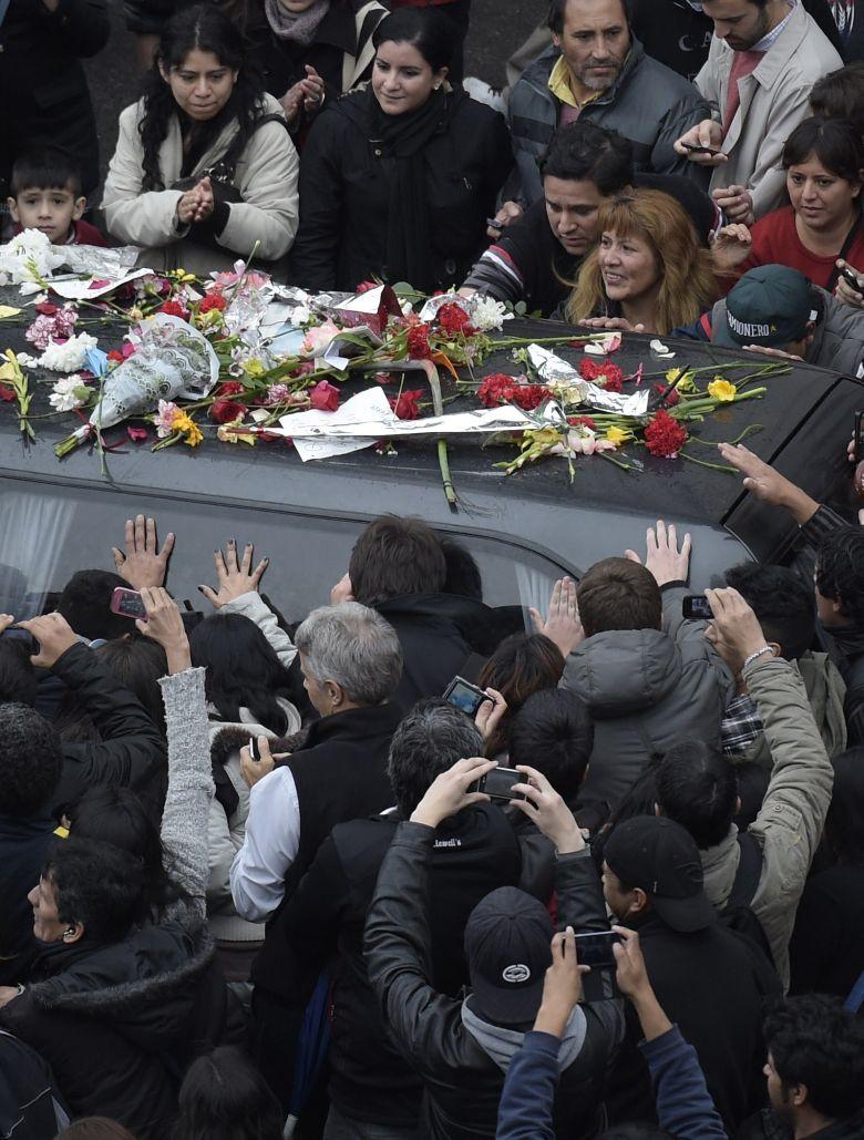 Fanaticos argentinos se despiden de Cerati en su funeral en 2014. (Getty)