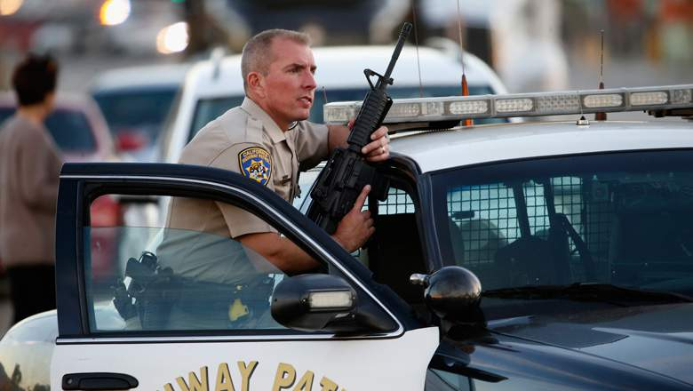 Un oficial de la California Highway Patrol mientras las autoridades persiguieron a los sospechosos . (Getty)