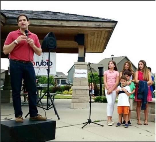La familia de Rubio observa mientras él hace un discurso en Iowa. La esposa de Rubio hace que su prioridad es para sus hijos para que tengan un sentido de la realidad. (Instagram)