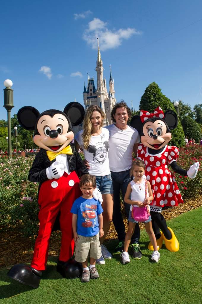Carlos Vives con su esposa Claudia Elena Váquez y sus dos hijos, Elena y Pedro. (Getty)