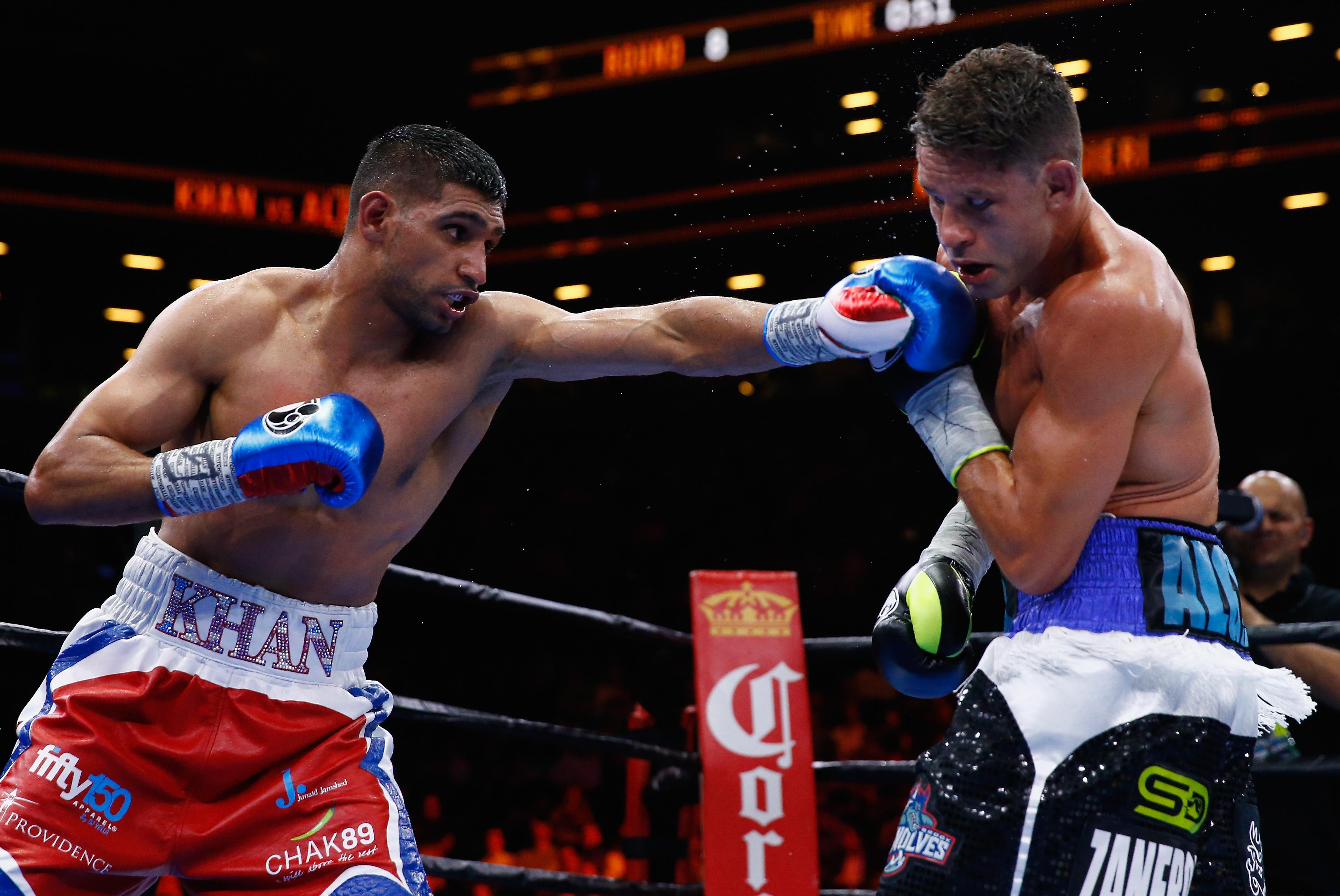 Amir Khan golpea Chris Algieri durante su combate de peso welter en el Barclays Center de Brooklyn el 29 de mayo de 2015, de la ciudad de Nueva York. (Getty)