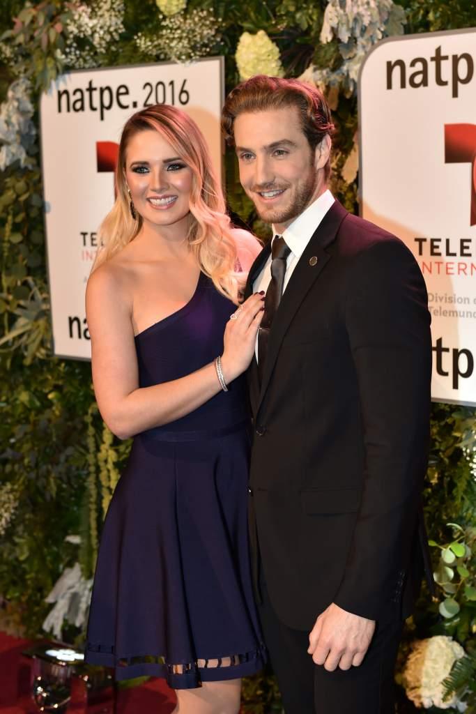 Kimberly Dos Ramos y Eugenio Siller en la alfombra roja de Telemundo NATPE (Getty Images)