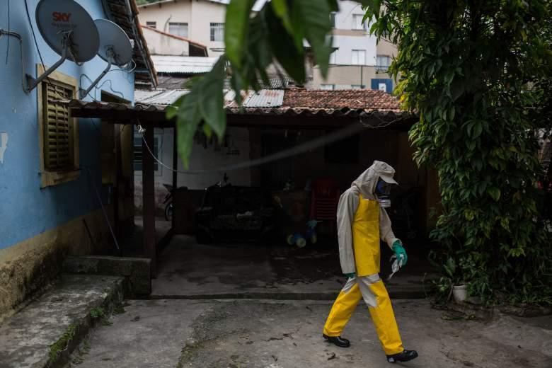 Un hombre en traje de materiales peligrosos trata de matar a los mosquitos en Brasil. Zika puede transmitirse por vía sexual y un caso ha sido reportado en Texas. (Getty)