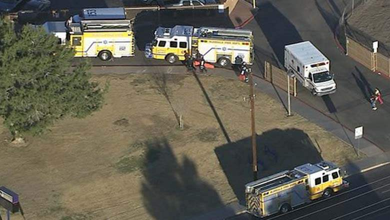 La escena fuera de la Independencia High School como los servicios de emergencia descender. (Screengrab a través de ABC Phoenix)
