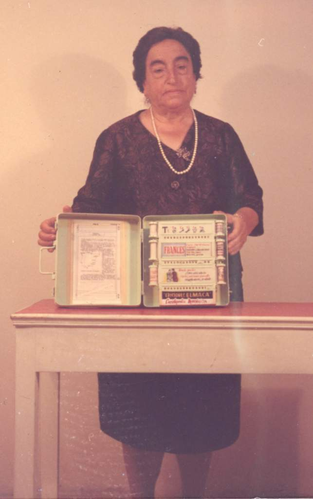 Ángela Ruíz Robles posando con la Enciclopedia Mecánica (Wikipedia)