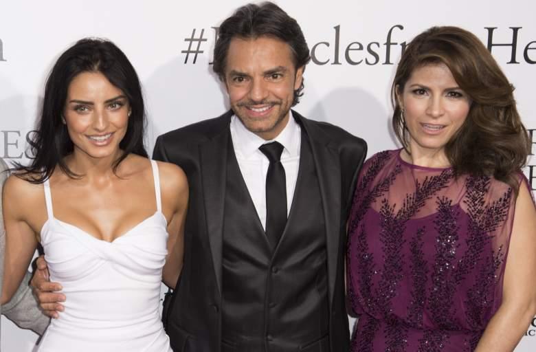 Actor Eugenio Derbez (C) con su hija Aislinn Derbez (izq.) y su esposa Alessandra Rosaldo en Los Ángeles, en el estrenó de su nueva cinta 'Miracles from Heaven, 9 de marzo del 2016. (Getty)