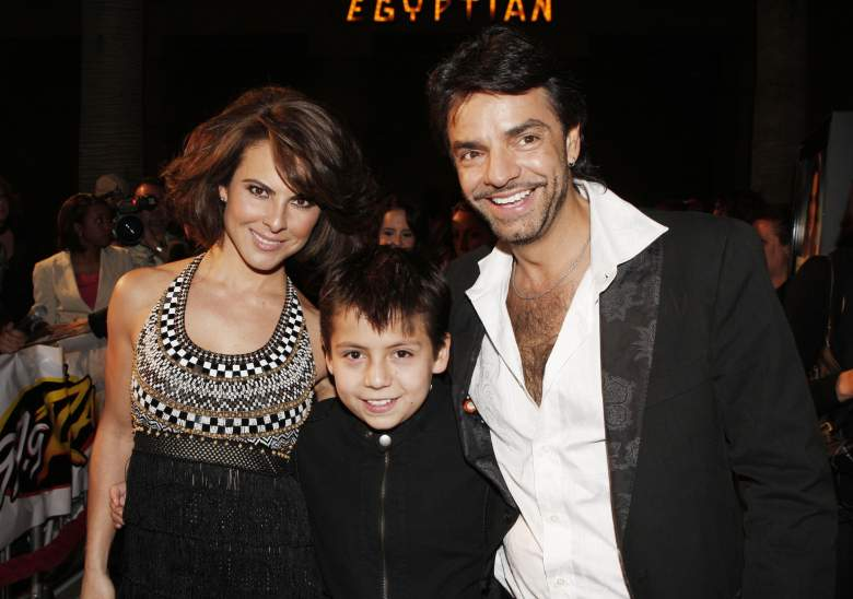 "Kate Del Castillo (izq. a der.), Adrian Alonso y Eugenio Derbez en la premier de la cinta ""Under The Same Moon"", en el 2008.  (Getty)"