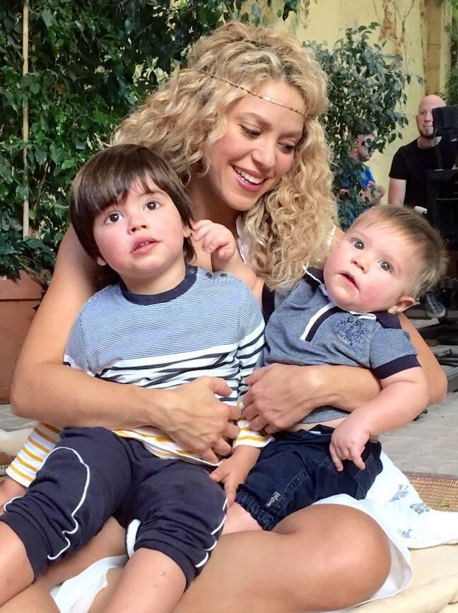 Shakira con sus dos amores, Milan (izq.) y Sasha. (Twitter)