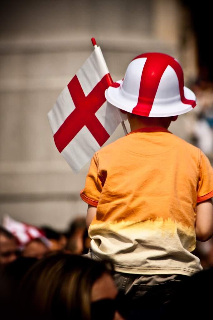 Un niño celebrando el Día de San Jorge con la bandera inglesa en mano.  (Wikipedia)