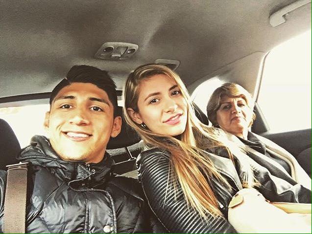 Alan Pulido con su novia. (Facebook)
