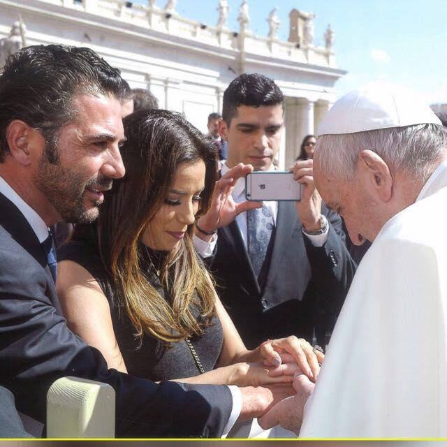 Eva Longoria y Pepe Bastón conocieron al Papa Francisco. (Eva Longoria/Facebook)