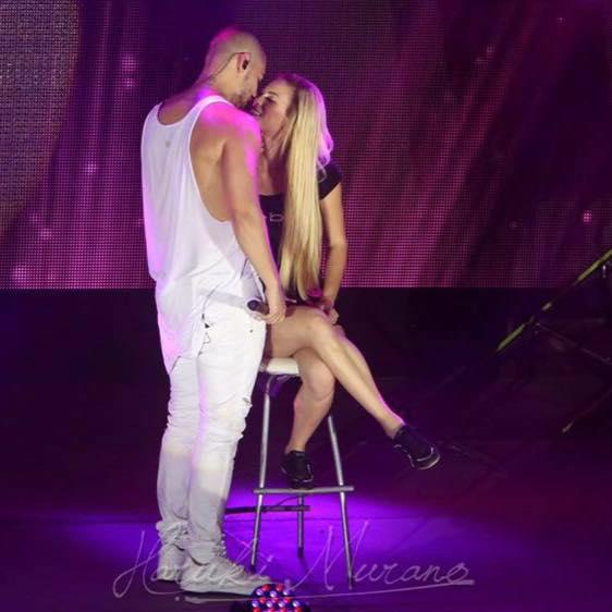 Maluma besa a Grette Durán durante su concierto en Cancún. (Facebook)