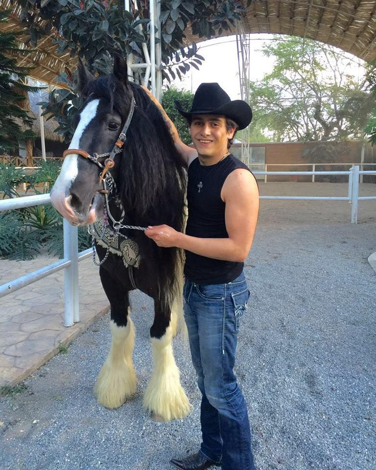 Julián Figueroa es amante de los caballos, al igual que su padre. (Facebook)