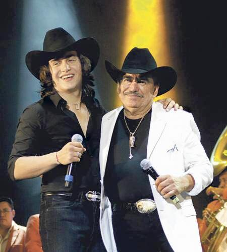 Julián Figueroa junto a su padre Joan Sebastian. (Facebook)