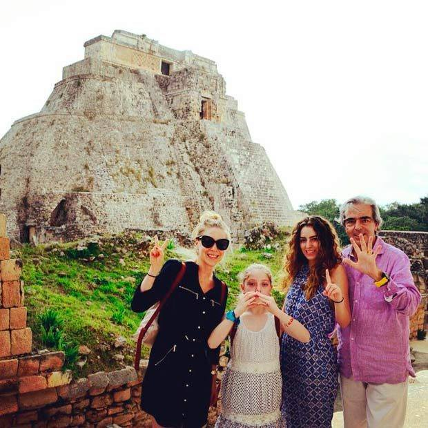 Edith González junto a su hija Constanza, hijastra Lorenza y esposo Lorenzo Lazo. (Facebook)