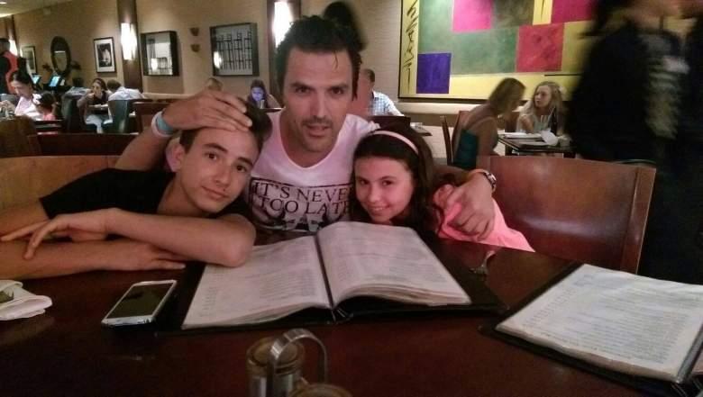 Billy Rovza posa junto a sus hijos, Max y Alexandra. (Facebook)