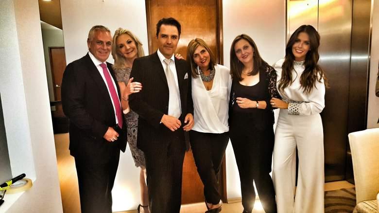 Billy Rovzar posando junto a la familia de su prometida Claudia Álvarez. (Facebook)