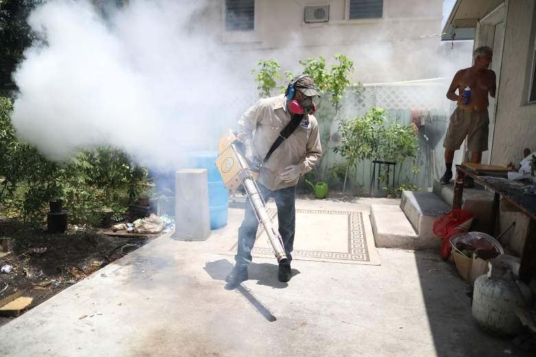 Carlos Varas, un inspector de control de mosquitos del condado de Miami-Dade, utiliza un ventilador para rociar pesticidas para matar mosquitos en la zona de Wynwood en la lucha para controlar el brote de virus Zika en Miami, Florida (Getty)
