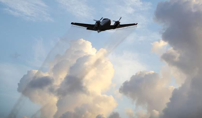 Un avion de pesticida sobre el barrio de Wynwood con la esperanza de controlar y reducir el número de mosquitos . (Getty)