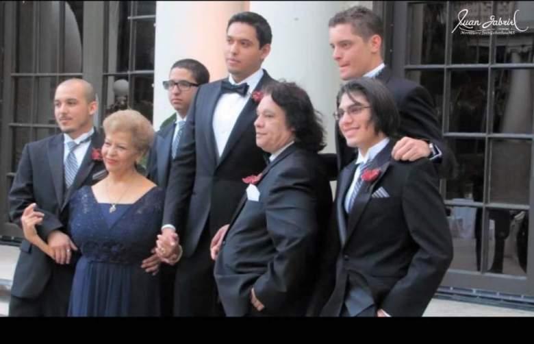 Juan Gabriel con sus cuatro hijos y Laura. (Foto tomada del Internet/Juan Gabriel/Twitter)