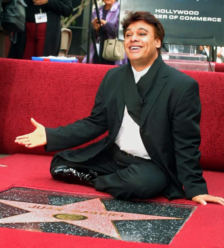 Juan Gabriel recibe su estrella el 10 de mayo de 2002. (Getty)