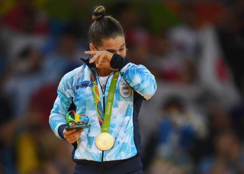 La Peque no podía contener las lagrimas al recibir su primera medalla de oro de los Juegos. (Getty Images)