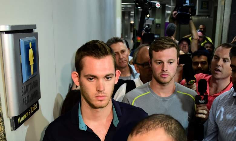 Los nadadores estadounidenses Gunnar Bentz (L) y Jack Conger salen de la estación de policía en el aeropuerto internacional de Río de Janeiro después de ser detenidos en el avión que viajaría de nuevo a los EE.UU.. (Getty)
