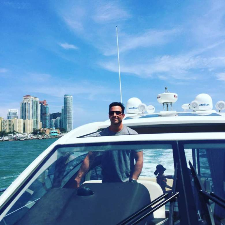 Adkins disfruta salir a pasear en bote. (Facebook/JayAdkins)