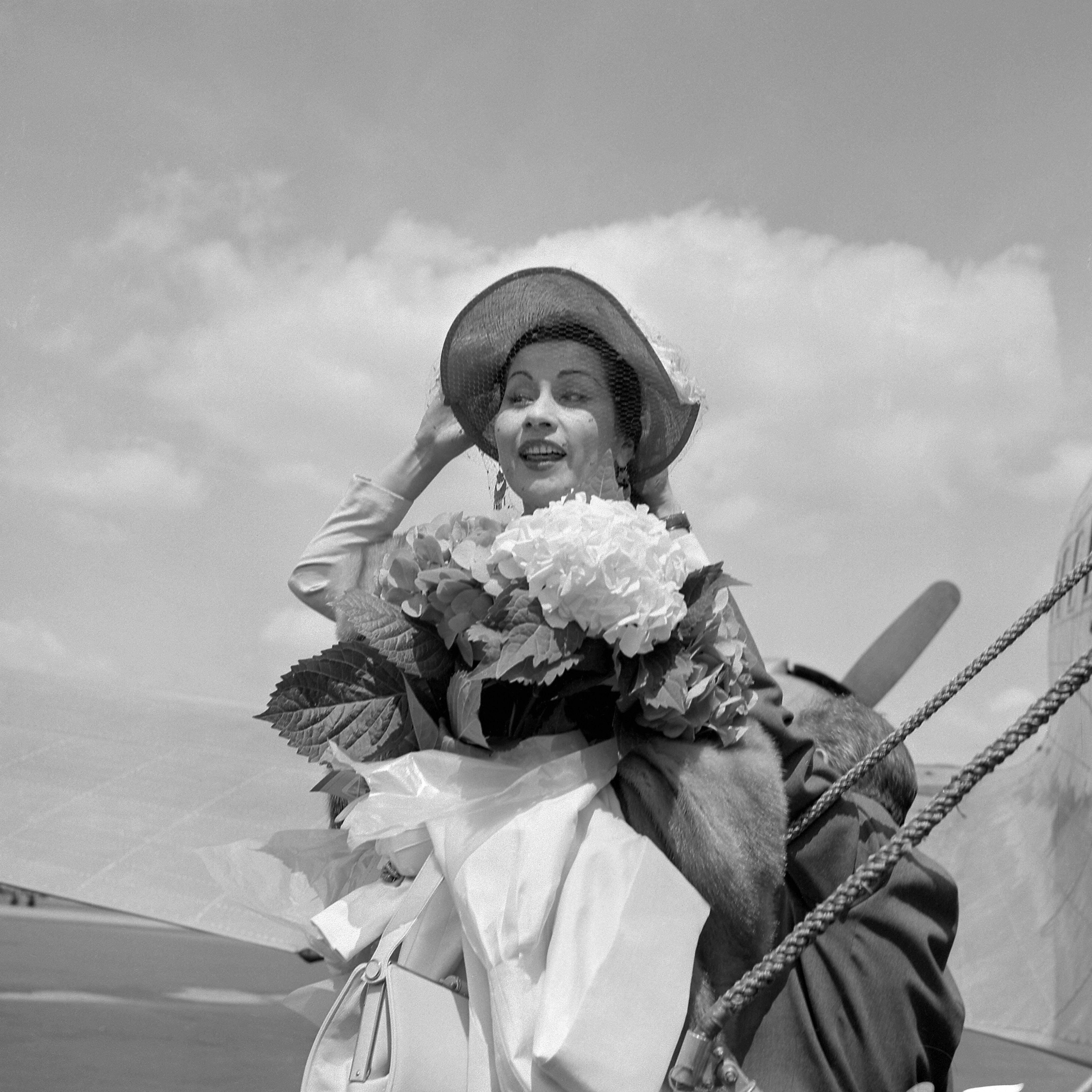 Yma Sumac llega al aeropuerto de Le Bourget, cerca de París, el 23 de junio de 1952. (Getty)