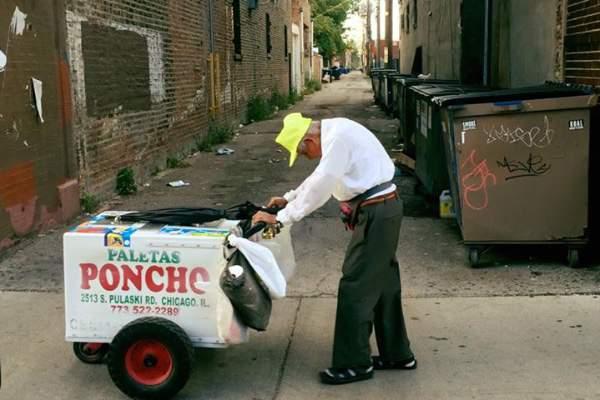 Fidencio Sánchez, de 89 años, se gana la vida vendiendo paletas en las calles de Chicago. (Go Fund Me)