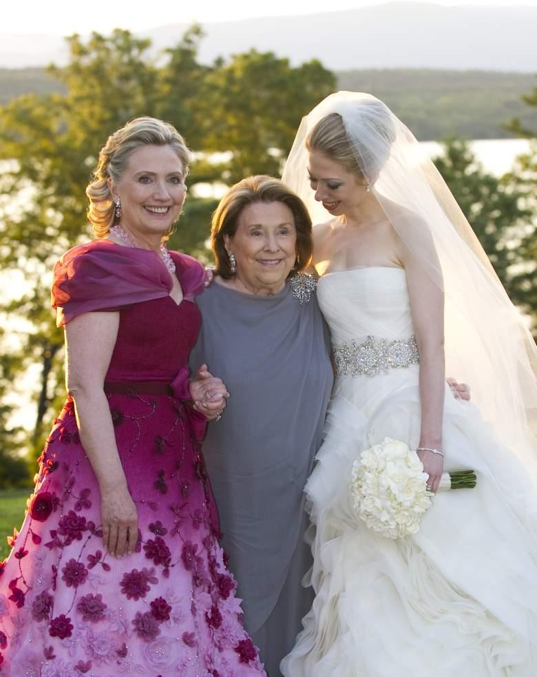 La madre de Hillary Clinton, Dorothy Rodham y su hija Chelsea Clinton durante su boda en 2010. (Getty)