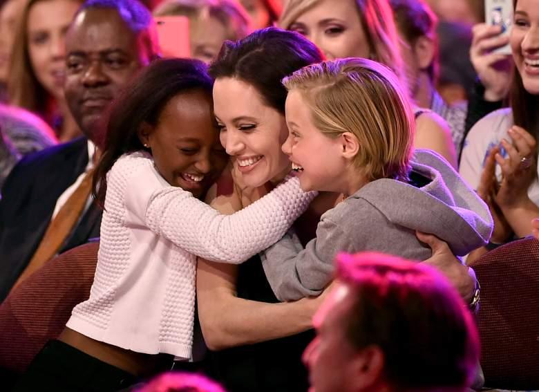 Angelina Jolie abraza a Zahara Marley Jolie-Pitt (izq.) y Shiloh Nouvel Jolie-Pitt en la edición 28 de los Kids' Choice Awards, en 2015. (Getty Images)