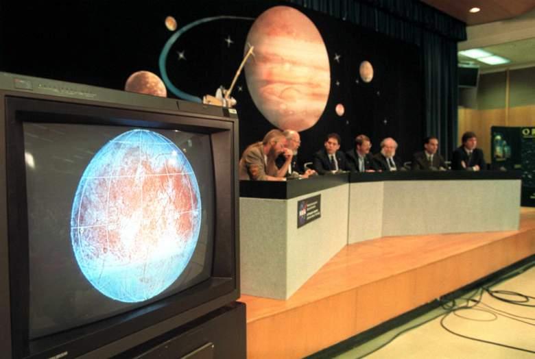 Los científicos del Jet Propulsion Laboratory presentan un video en Pasadena, de imágenes de Europa, la luna congelada de Júpiter tomadas por la nave espacial Galileo. La NASA está haciendo un gran anuncio sobre Europa hoy. (Getty)