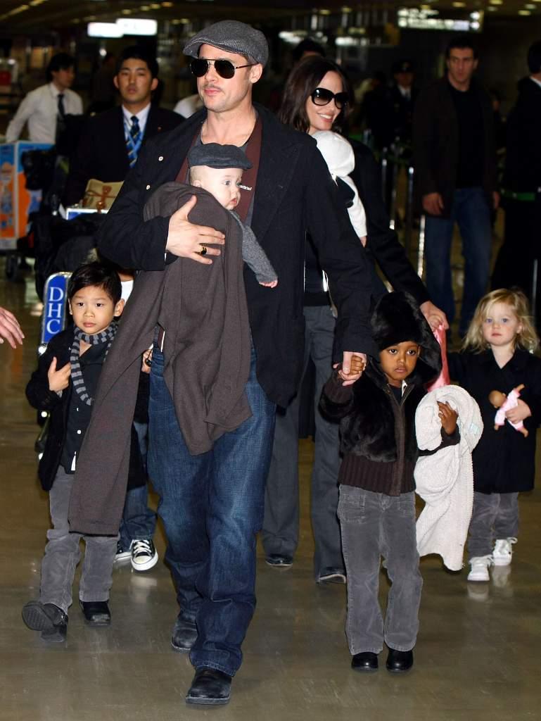 Brad Pitt y Angelina Jolie con sus seis hijos. (Getty Images)