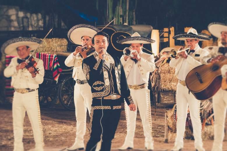 Julián Román interpretando a Juan Gabriel en 'Hasta Que Te Conocí'. (Disney Media Distribution Latin America)