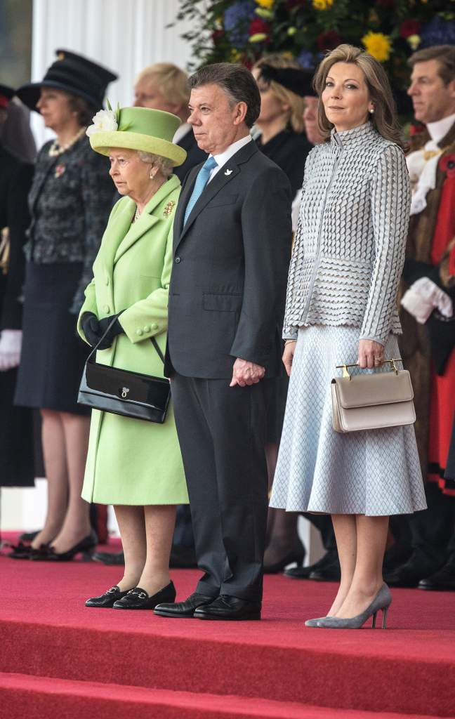 El príncipe Felipe de Gran Bretaña, el duque de Edimburgo, la primera dama de Colombia María Clemencia de Santos, la reina británica Elizabeth II y el presidente colombiano Juan Manuel Santos. (Getty)