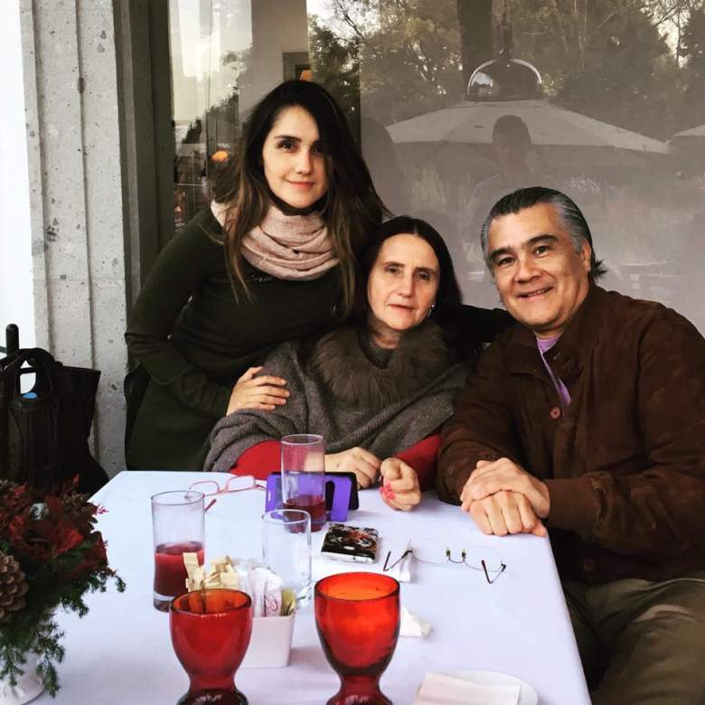 """Dulce María publicó esta foto en su cuenta de Facebook el pasado 30 de diciembre con el pie de foto: """"Con mis raíces"""". (Facebook)"""