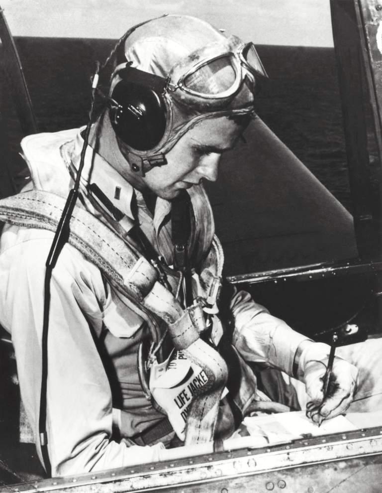 George Herbert Walker Bush se representa en la cabina de su TBM Avenger durante la Segunda Guerra Mundial. (Getty)