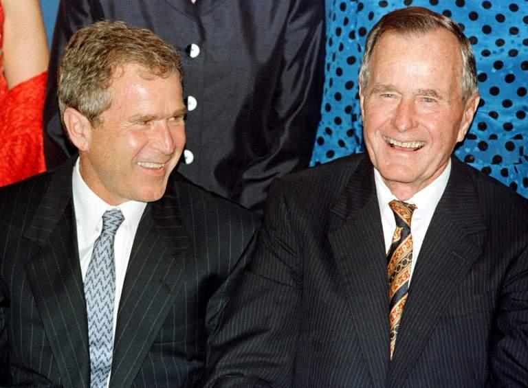 George HW Bush con su hijo, George W. Bush, en 1999, cuando el joven Bush era gobernador de Texas. (Getty)