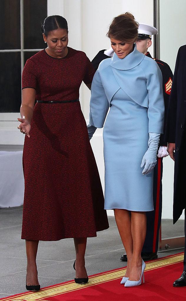 La primera dama saliente Michelle Obama recibe a Melania Trump cuando llega a la Casa Blanca. (Foto by Mark Wilson/Getty Images)