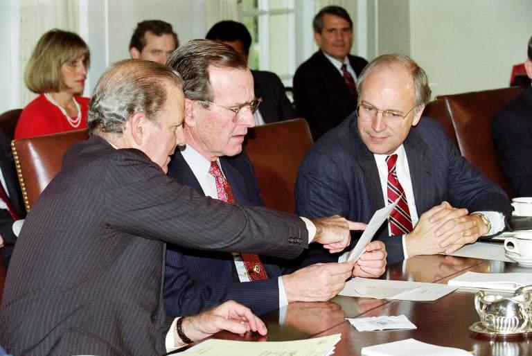 Declaraciones del Presidente sobre la Operación Tormenta del Desierto en el Gabinete de la Casa Blanca Sala el 17 de enero de 1991, con el secretario de Estado James Baker (L) y Secretrary de Defensa Dick Cheney. (Getty)