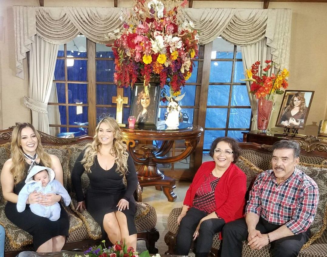 """Rosie Rivera, Chiquis, Doña Rosa y Don Pedro promocionando """"Mariposa de Barrio"""" (Telemundo)"""