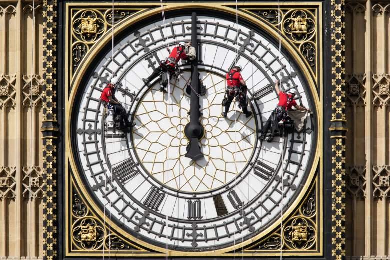 Trabajadores en el gigantesco reloj en Londres en 2014. (Getty)