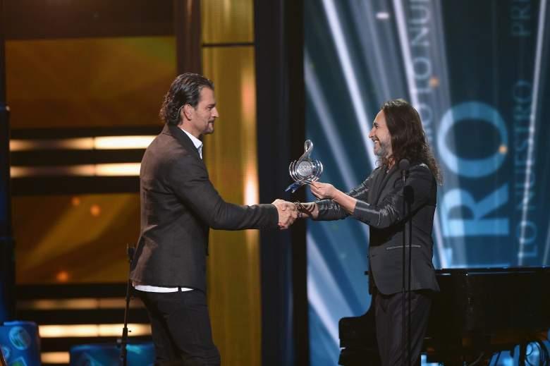 """Ricardo Arjona entrega galardón a Marco Antonio Solis en """"Premio Lo Nuestro"""" 2015. (Getty)"""