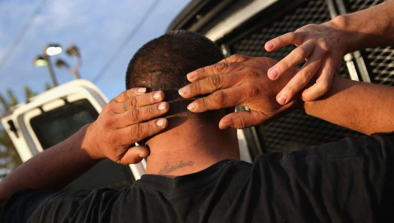 Agentes de ICE detienen a un immigrante, 14 de octubre de 2015 en Los Ángeles, California. Agentes de ICE dicen que el immigrante, un residente legal con papeles, era un criminal convicto y miembro de una pandilla en Alabama en Canoga Park. ICE busca deportar a  miles de immigrantes con récord criminal en Estados Unidos. Para los que tienen papeles también podrían ser deportados si son encontrados culpables de un crimen. (Getty)