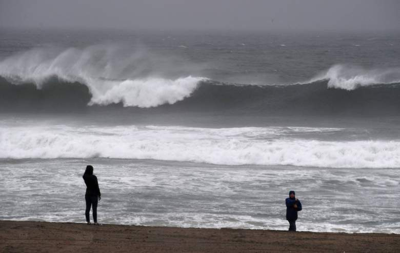 La gente contempla las grandes olas en la playa de El Porto, donde llegara la fuerte tormenta para crear caos en Los Ángeles, 17 de febrero de 2017. (Getty)