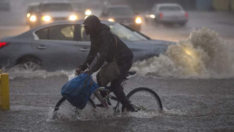 Un ciclista trata de movilizarse en medio de la tormenta en el Sur de California, el 17 de febrero de 2017. (Getty)