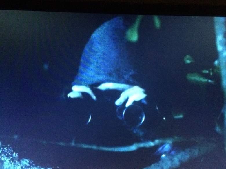 Un encapuchado vigilando a Gabriel en el capítulo 8 de la temporada 7. (AMC/The Walking Dead)