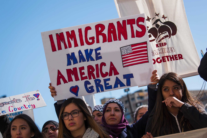 Los manifestantes se reúnen en el Palacio de Justicia del Condado de Milwaukee donde asisten a una manifestación contra la política del Presidente Donald Trump sobre inmigración el 13 de febrero de 2017 en Milwaukee, Wisconsin. (Getty)