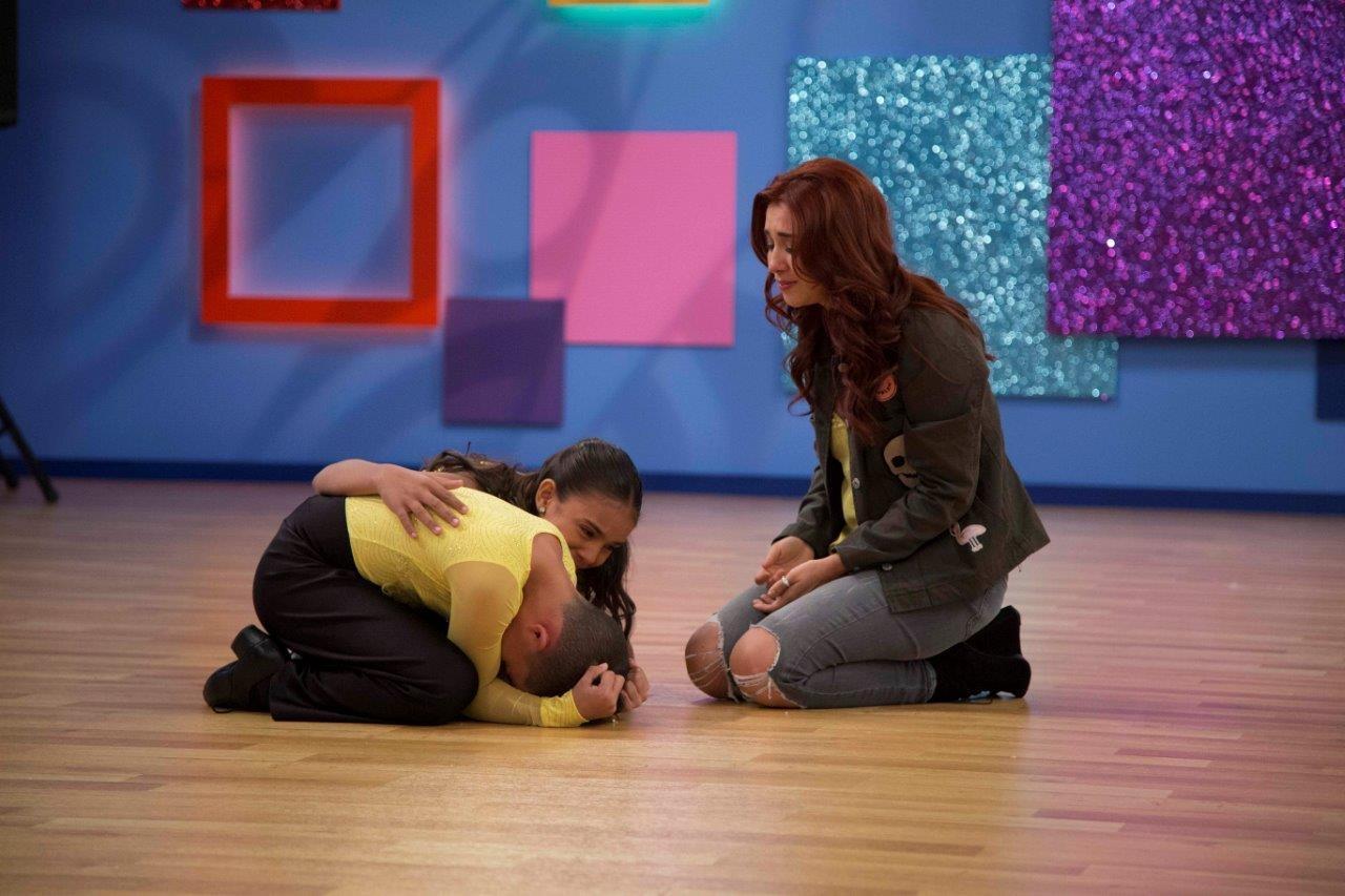 La actriz Daniela Luján con 2 de los pequeños gigantes. (Cortesía Univisión)